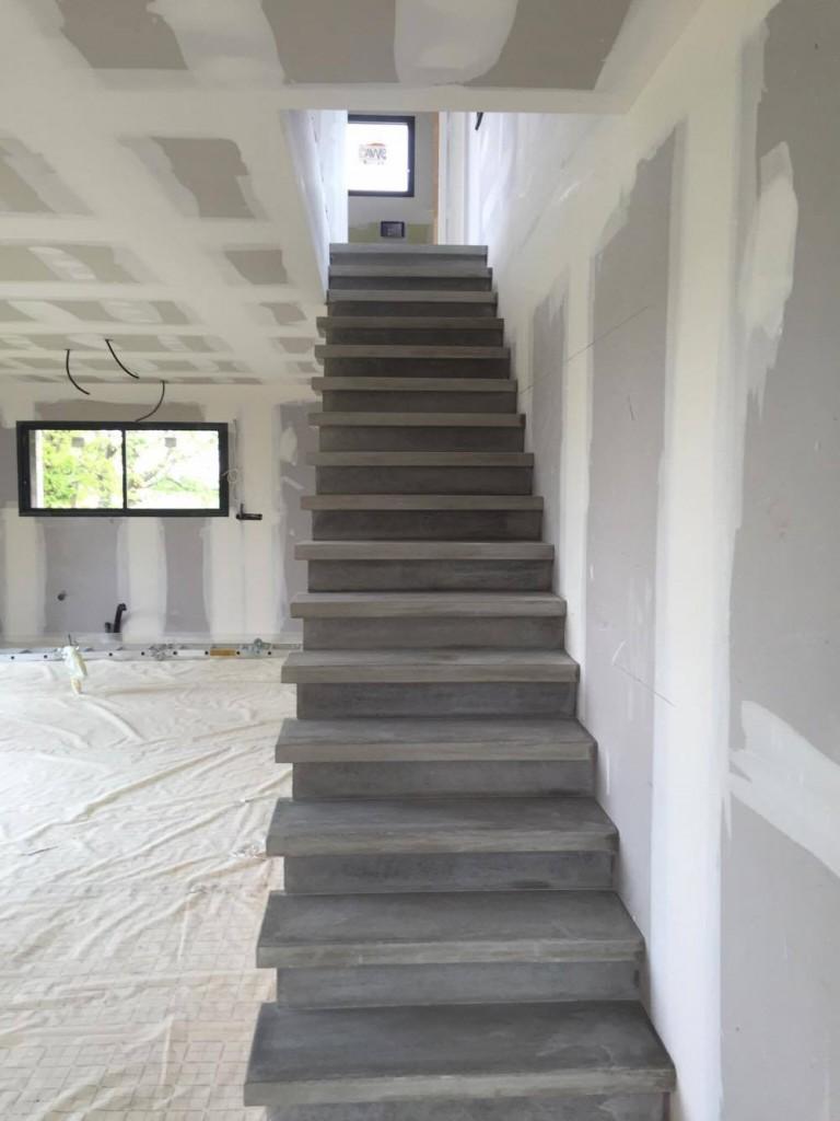 Fabrication et pose d 39 escalier en b ton teint carcassonne et toulouse - Fabrication escalier beton ...